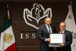 Director general del ISSSTE recibe galardón de la American Marketing Association