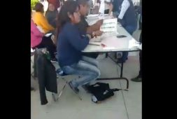 Captan a funcionaria de casilla tachando boletas (+video)