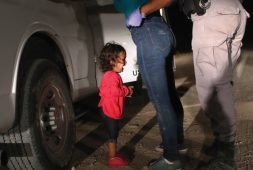 Foto de niña migrante en la frontera gana World Press Photo