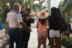 Taxista intenta cobrar 4 mil 500 pesos por un trayecto a turistas peruanas en Cancún (+video)