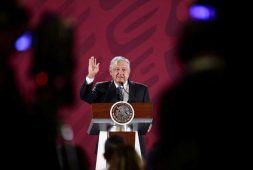 No soy florero ni aspiro a ser monedita de oro: AMLO (+video)