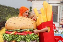 Como hamburguesa y papas fritas, Swift y Katy Perry estrenan You Need To Calm Down