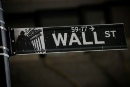 Tras disputa comercial entre Trump y China, Wall Street se desploma