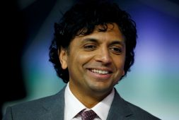 Directora demanda a Apple y a M. Night Shyamalan por plagio